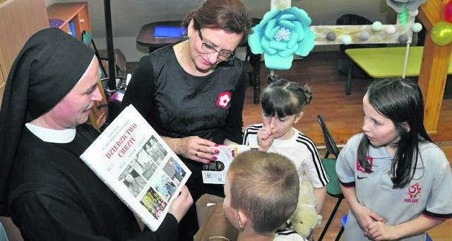 Wojewoda Agata Wojtyszek przyjęła zaproszenie na imprezę w Domu Ojca Gwidona w Pacanowie. Czytała bajki najmłodszym, przywiozła także podarunki - książki, mastotki. Dzieci były zachwycone.