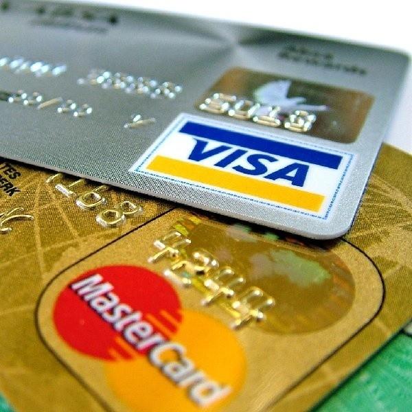 """Aktywny użytkownik zwykłej karty kredytowej  może się więc zastanowić nad skorzystaniem ze """"złotego plastiku""""."""