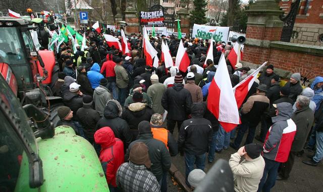 Szczecin; Walczą o ziemię na ulicachJedno z najważniejszych haseł protestujących rolników brzmi: Polska ziemia w polskie ręce. Popiera je wielu mieszkańców Szczecina.