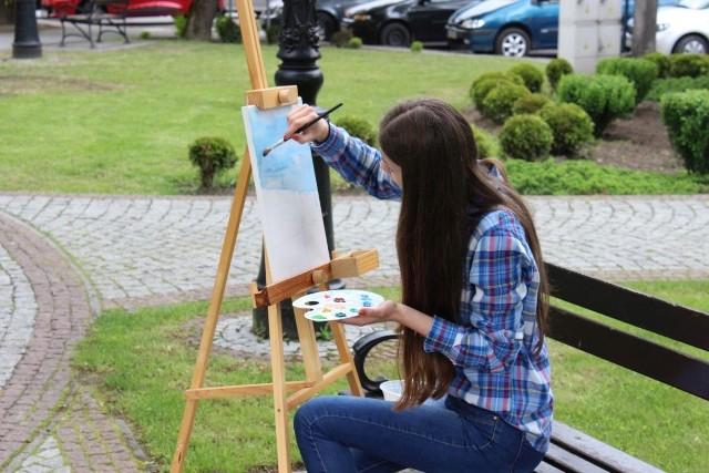 Młodziez rozłożyła sztalugi w niżańskim rynku, ale ledwie zaczęli malowac okoliczne zabudowania, lunął deszcz