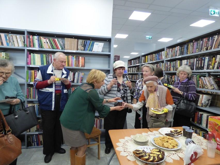 """Czy biblioteka może łączyć pokolenia? Oczywiście, że tak. Dowodem na to jest spotkanie, które odbyło się w Powiatowej iMiejsko - Gminnej Bibliotece Publicznej w Opatowie. Biblioteka gościła dzieci z Przedszkola Publicznego w Opatowie oraz grupę Seniorów z Dziennego Domu """"Senior Wigor"""" z opiekunami. W ramach """"Światowego Dnia Poezji"""", nawiązując tematycznie do powitania wiosny, dzieci w pięknych kolorowych strojach wystąpiły z wierszem, piosenką i tańcem. Seniorzy recytowali poezję dziecięcą. W myśl idei """"Łączymy pokolenia"""" młodzi uczestnicy spotkania dowiedzieli się, że dzięki poezji i piosence mogą znaleźć wspólny język z pokoleniem Seniorów. Rozmawiano na temat zainteresowań oraz zawodów, które wykonywali Seniorzy. Dzieci wypowiadały się, kim chciałyby zostać w dorosłym życiu. Spotkanie okazało się wspaniałą zabawą osób wróżnym wieku. Były wspólne piosenki i tańce. Przedszkolaki otrzymały od Seniorów piękną książkę z wierszami dla najmłodszych. Seniorzy zostali obdarowani kwiatami i wyklejankami wykonanymi własnoręcznie przez dzieci. Wszystkim podziękowano za udział słodkim poczęstunkiem i zaproszono do korzystania z biblioteki. ZOBACZ TAKŻE:  Flesz. Regionalny Puchar Polski, Król Twittera w V lidze, Odra bardziej hiszpańska"""