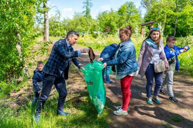 Wielkie sprzątanie Bytomia za nami. W akcję włączył się m.in. prezydent Mariusz Wołosz. Zobacz zdjęcia >>>