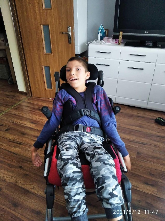 Kubuś większość życia spędza na wózku, dlatego ważne jest, by wózek był dostosowany do jego potrzeb