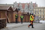 Na ul. Mostowej w Bydgoszczy trwa montaż straganów i wieszanie girland [zdjęcia]