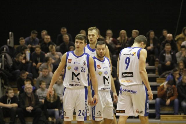 Trójka: Tomasz Prostak (z lewej), Grzegorz Mordzak (z prawej) i Tomasz Nowakowski (z tyłu) nadal będzie grać w zespole Pogoni.