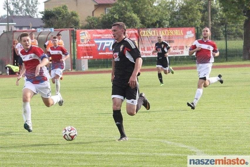 Łokietek (na czarno) zapewnił już sobie awans do IV ligi.