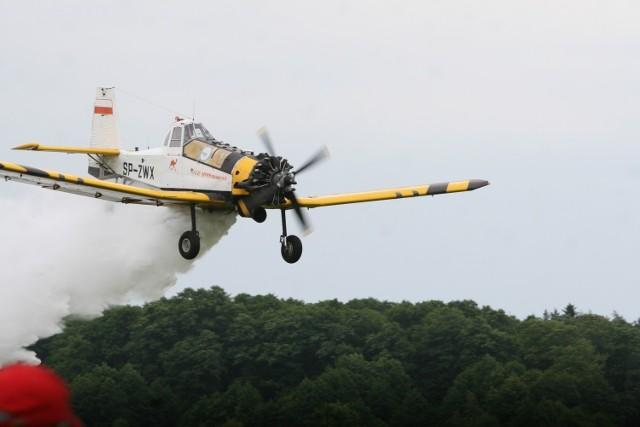 Pożar lasu w Boguszowicach. Samolot zrzuca wodę