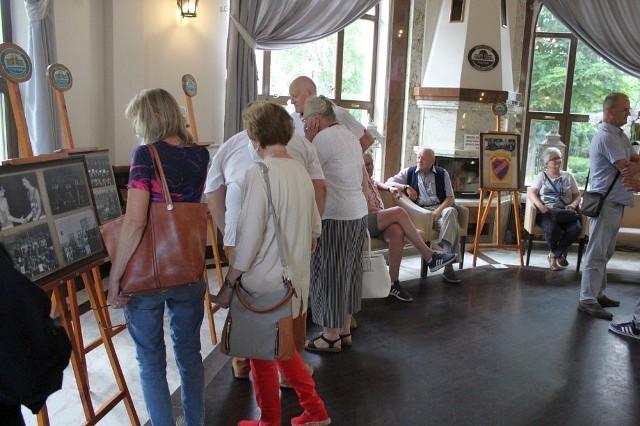 """Migawka z otwarcia wystawy w sanatorium """"Przy Tężni"""", prezentującej dorobek klubu Noteć Mątwy"""