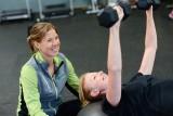 Ćwiczenia na barki. Jak ćwiczyć w domu i na siłowni, aby osiągnąć najlepsze rezultaty? [WIDEO]