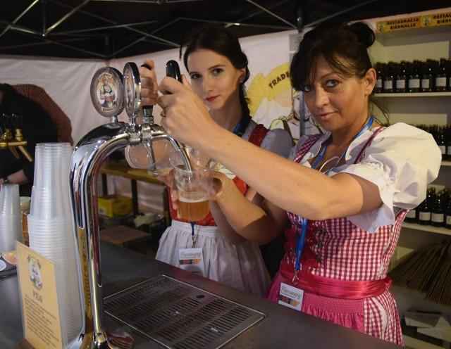 Jeszcze niedawno miłośnicy dobrych alkoholi zwiedzali francuskie i węgierskie winnice lub jeździli do Szkocji, by sączyć whisky. Teraz koneserzy zwracają się ku temu, co lokalne i odwiedzają małe, browary rzemieślnicze w ramach biroturystyki. CZYTAJ DALEJ NA KOLEJNYM SLAJDZIE