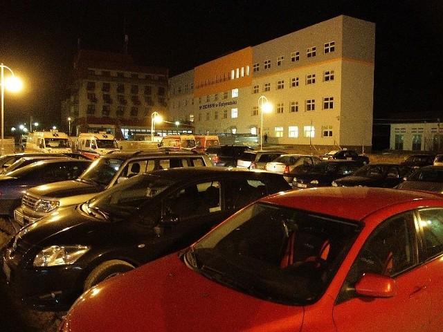 W godzinach wieczornych parking przy pogotowiu jest szczelnie zastawiony. Pacjenci winią pracowników z drugiej zmiany.