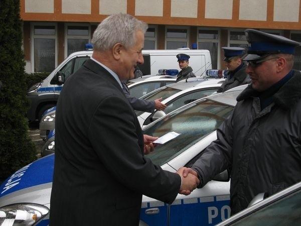 22 stycznia odbylo sie uroczyste przekazanie slupskim policjantom dziewieciu nowych radiowozów.