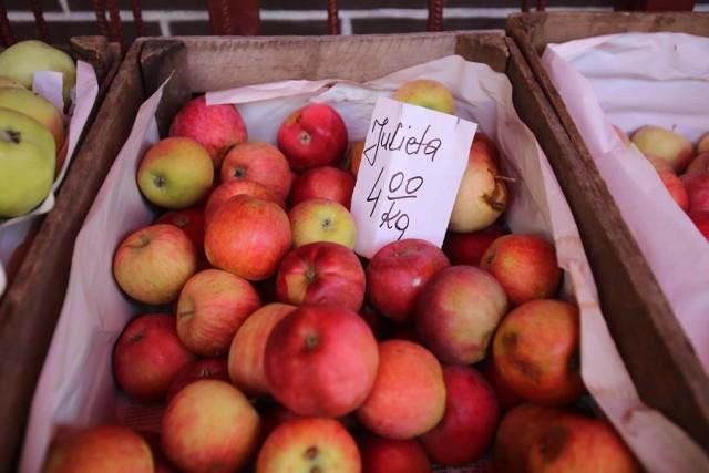 Kilogram jabłek na początku września 2021 na straganach w Kujawsko-Pomorskiem kosztuje od 3 do 5 zł za kilogram. Za gruszki na regionalnych targowiskach płacimy od 4 zł (np. w Grudziądzu i Kowalu (do 8 zł/kg (w Koronowie).