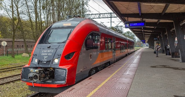 Tabor szynowy w Kujawsko-Pomorskiem będzie jeszcze nowocześniejszy dzięki planowanym zakupom pojazdów elektrycznych. Do obsługi linii niezelektryfikowanych planujemy zakupić nowoczesne pojazdy typu hybrydowego czy wodorowego.                                 Fot. Szymon Zdziebło/tarantoga.pl dla UMWK-P