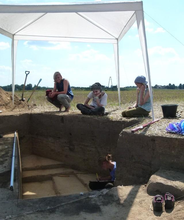 Archeolodzy prowadzą badania w Książnicach  już od 15 lat. Teraz odkryli grób niszowy z okresu kultury złockiej, bogato wyposażony.