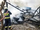 Powiat choszczeński. Pełen strat pożar. Spalił się garaż, a w nim dwa auta. Trzeci samochód się nadpalił. W domu popękały szyby