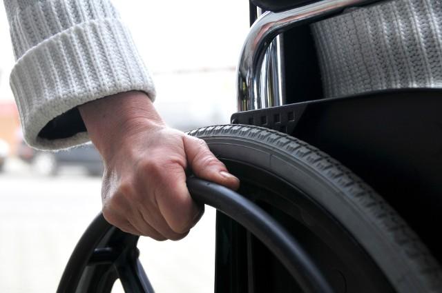 Osoba poruszająca się na wózku inwalidzkimTo, że ktoś jest niepełnosprawny nie oznacza wcale, że musi mieszkać gorzej niż osoby zdrowe. Wystarczy tylko przy urządzaniu kuchni zastosować się do kilku wskazówek.