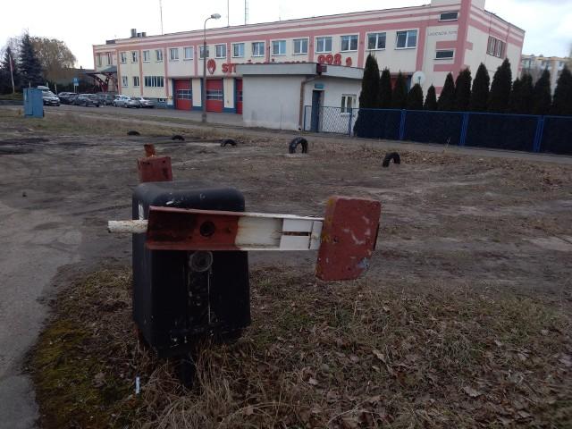 Ze strzeżonego parkingu obok miejskiej komendy straży pożarnej w Toruniu niewiele zostało