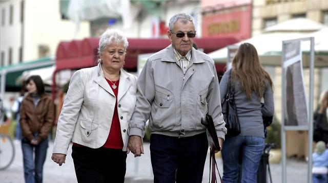 Już niebawem seniorzy otrzymają spory zastrzyk gotówki. Zbliża się termin wypłat czternastej emerytury. W odróżnieniu od trzynastej emerytury nie wszyscy jednak dostaną tyle samo. Wszystko zależy od wysokości standardowego świadczenia z ZUS. Poznajcie wyliczenia i daty wypłat!Czytaj dalej. Przesuwaj zdjęcia w prawo - naciśnij strzałkę lub przycisk NASTĘPNE