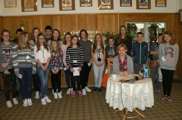Pamiątkowe zdjęcie pisarki Anny Czerwińskiej - Rydel i młodzieży szkolnej, która uczestniczyła w spotkaniu.