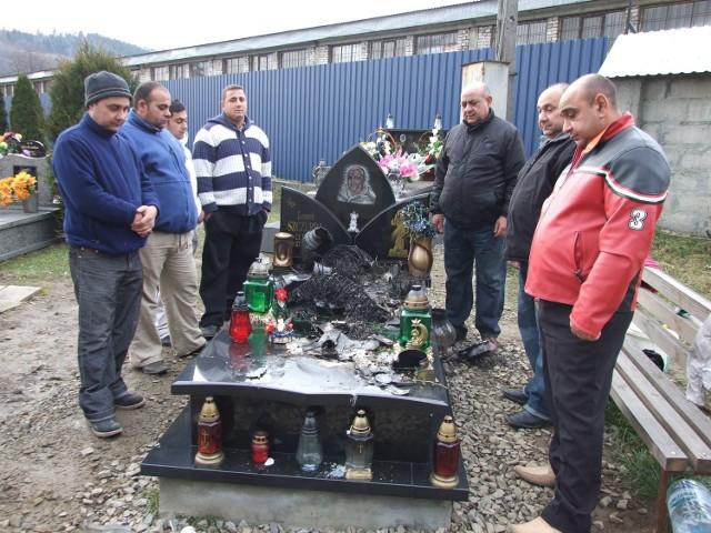 Przy zdewastowanym przez ogień grobowcu byli  wczoraj bracia  zmarłego i jego dalsza rodzina