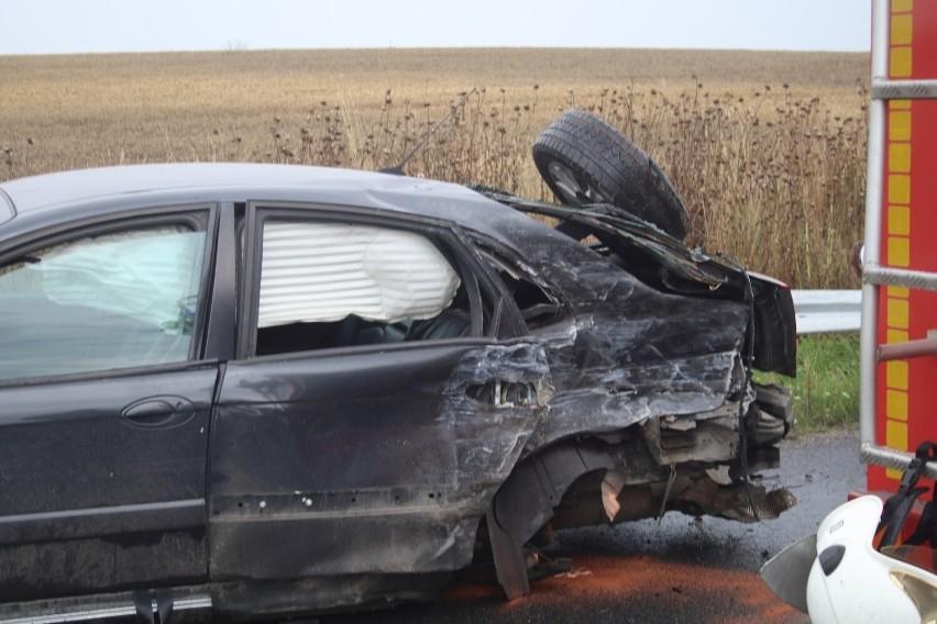 Wypadek czterech aut na DW364. Urwane koła, zniszczony...