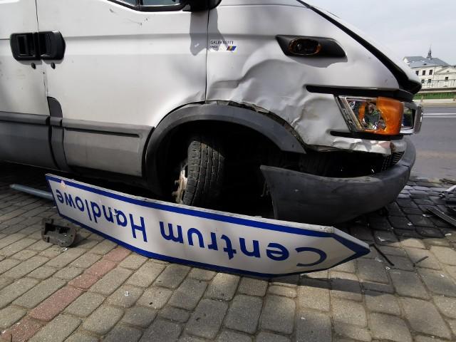 Do zdarzenia doszło w piątek na ul. Jagiellońskiej w Przemyślu. Kierujący dostawczym iveco, jadąc w kierunku ul. Słowackiego, stracił panowanie nad pojazdem uderzył  w przydrożną latarnię i znak. Był trzeźwy, nikomu nic się nie stało.