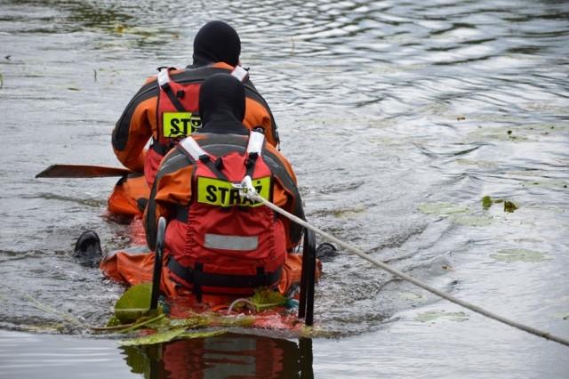 """Przybyli na miejsce strażacy próbowali dostać się do wzywających pomocy tworząc """"most"""" z drabin. To się nie powiodło. Ostatecznie oboje zostali wyciągnięci na brzeg przy pomocy takich, jak na zdjęciach: sań lodowych."""