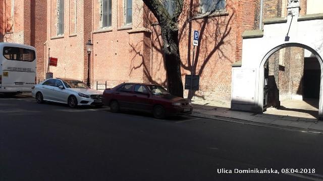 Od grudnia zeszłego roku przy ulicy Dominikańskiej stoi czarny seat i blokuje miejsce parkingowe. W tym czasie właścicielowi samochodu wystawiono już przynajmniej 45 opłat parkingowych na łączną kwotę 2250 zł.