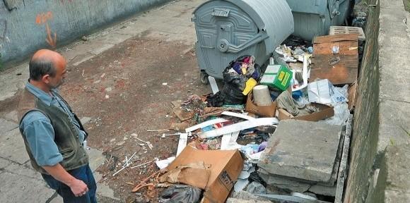 """Te śmieci tak długo leżały obok pojemników, że zdenerwowani mieszkańcy szukali pomocy u dziennikarzy """"Głosu""""."""