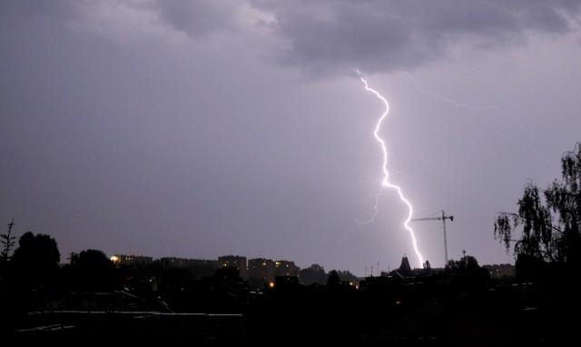 W nocy (29/30.06) burze, silny wiatr, ulewny deszcz i lokalnie grad. Zabezpiecz rzeczy, które może porwać wiatr. Możliwe przerwy w dostawie prądu