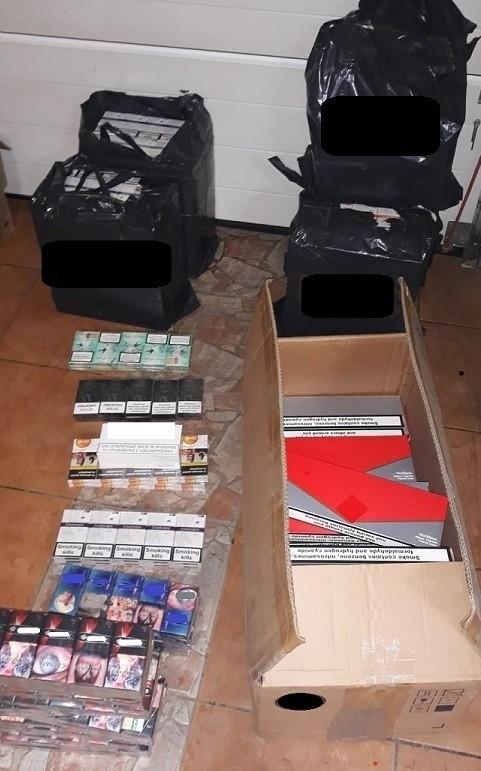 Łącznie policjanci zabezpieczyli 10 800 paczek papierosów.