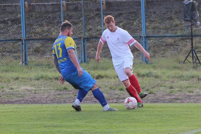 Dominik Szymkiewicz (z lewej) jesienią grał przeciwko Granatowi, a teraz będzie bronił jego barw. Nie będzie za to najprawdopodobniej grał w Granacie Jakub Jaśkiewicz (z prawej)