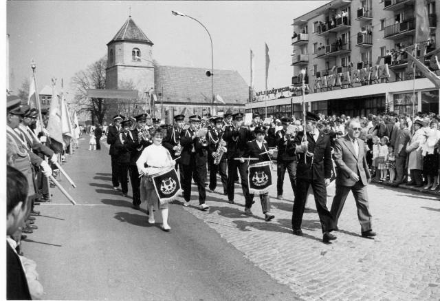 Międzynarodowy Dzień Solidarności Ludzi Pracy, inaczej zwany po prostu Dniem Pracy, obchodzimy 1 maja. Jest to święto mające upamiętnić strajki w Chicago związane z próbą wprowadzenia ośmiogodzinnego dnia pracy. Protest został brutalnie stłumiony przez policję, zginęło wielu strajkujących.Dziś świętuje się Dzień Pracy - trochę na przekór nazwie - odpoczywając. A kiedyś? Zobaczcie sami zdjęcia z Sulęcina jednego z naszych Czytelników!Zobacz również: Dzień wolny za 1 maja. Kiedy i jak go odebrać?