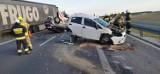 Poważny wypadek na S5 pod Lesznem. Jedno auto dachowało, drugie ma zmiażdżony tył. Dwie osoby zostały ranne