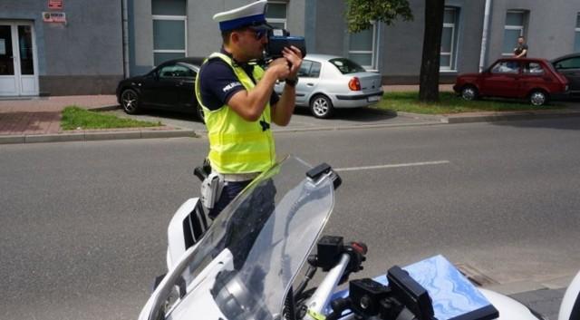 Policjanci z wydziału ruchu drogowego patrolując na motocyklach ulicę Piastowską w Częstochowie, zauważyli jadącego yamahą mężczyznę. Jego motocykl nie miał tablicy rejestracyjnej, co wzbudziło ich zainteresowanie. Postanowili zatrzymać go do kontroli. Policjanci dali mu wyraźne sygnały świetlne i dźwiękowe. Ten jednak zignorował stróżów prawa i zaczął uciekać.