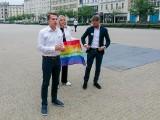 """""""Rząd i rządzący to grupa skrajnych homofobów"""" - mówi poseł Szłapka. Nowoczesna deklaruje solidarność ze społecznością LGBT+"""