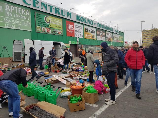 W niedzielę (2 maja) przy ulicy Andersa odbyła się giełda towarowa. Na targowisku można było kupić części i akcesoria samochodowe, odzież, zabawki, narzędzia, rowery, owoce, warzywa czy sadzonki warzyw i kwiatów.