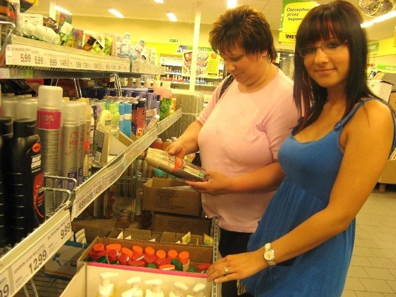 Annerose Naumann z córką Julią w Netto w Słubicach zainteresowały się też kosmetykami. Ale po sprawdzeniu cen niczego nie kupiły. - U nas jest taniej - uznały (fot. Beata Bielecka)