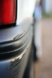 Kierowca, który uszkodził corollę, uciekł z parkingu.