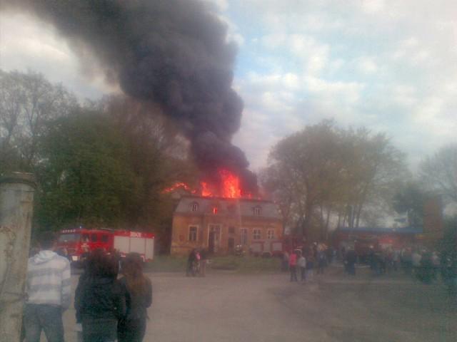 W Kożuchowie w samym centrum zapalił się pustostan
