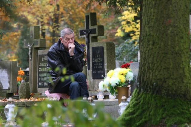 Wszystkich Świętych w Opolu. Przy pięknej pogodzie opolanie licznie przyszli na groby swoich bliskich.