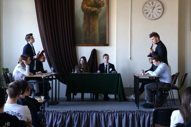Debata oksfordzka w II LO przy ul. Przemysłowej w Gorzowie w obiektywie Marty Tymszan, uczennicy tej szkoły