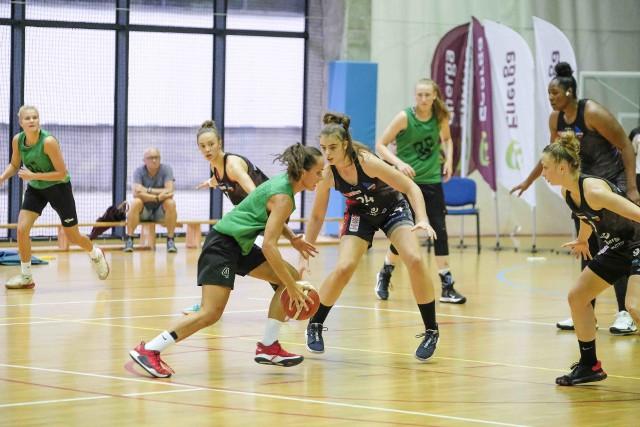 Aleksandra Pszczolarska (w środku, nr 24) oddała ważny rzut za 3 punkty