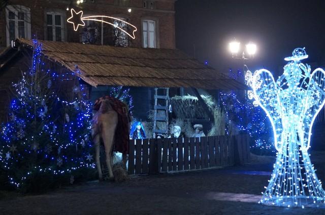 Na Rynku w Gniewkowie stoi już bożonarodzeniowa szopka. Warto odwiedzić to miejsce