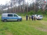 """Dąbrowa Górnicza. Policjanci i strażnicy leśni znaleźli w lesie wnyki. Pułapki były przygotowane na """"grubą"""" zwierzynę"""