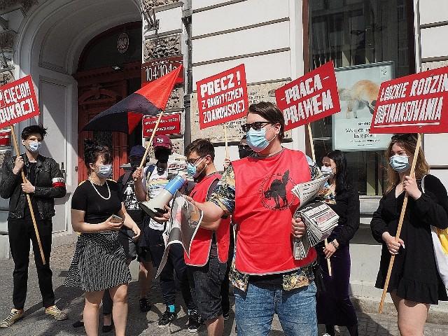 """Przeciw zwolnieniom w oświacie protestowali w piątek (4 czerwca) uczestnicy dwóch pikiet, które w tym samym czasie zebrały się przed siedzibą łódzkiego magistratu przy ul. Piotrkowskiej. Jedna dotyczyła redukcji pracowników niepedagogicznych w szkołach, druga – likwidacji połówki etatu, zajmowanego dotychczas przez działaczkę koła emerytów i rencistów oświatowej """"Solidarności"""" z Bałut.>>> Zobacz kolejne zdjęcie >>>Na ilustracji pikieta w sprawie niepedagogicznych"""