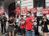 Protesty przeciw zwolnieniom w szkołach w Łodzi pracowników niepedagogicznych oraz związkowej działaczki