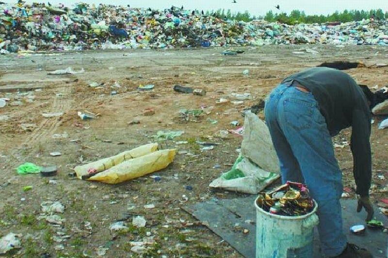 Zbieracze z lokalnego wysypiska śmieci w Koszarówce od wielu lat zabierają wszystko, co można w jakiś sposób użytkować lub po prostu sprzedać.