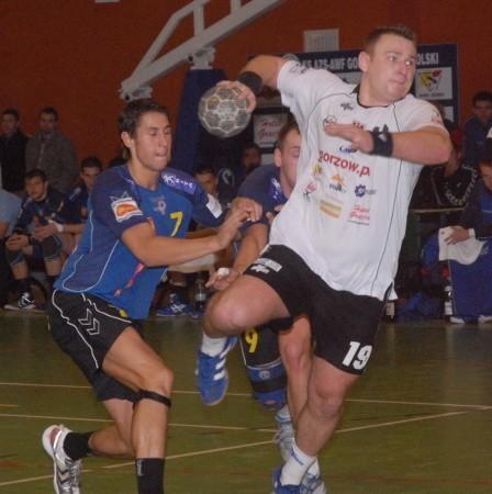 Obrotowy AZS AWF Bartosz Janiszewski zagrał dzisiaj przeciwko swym byłym partnerom z Kwidzyna. Na ,,starych śmieciach'' zdobył cztery gole, lecz razem z nowymi kolegami musiał przełknąć gorycz porażki.